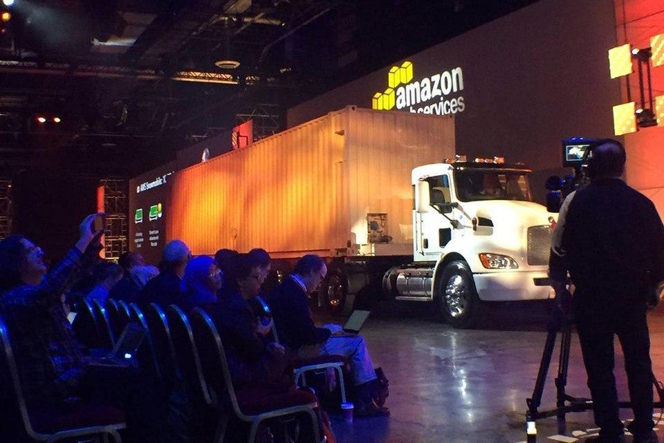 Amazon предложила перевозить данные в свое «облако» на грузовике